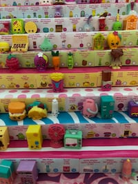Lot of Shopkins Season 3 + stand/display