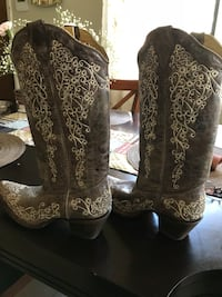 Brown w/tan embroidered cowgirl boots size 8 never worn. Purchased while visiting Texas Ormond Beach, 32174