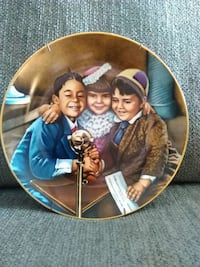 three children and a microphone decorative plate Fairplay, 21733