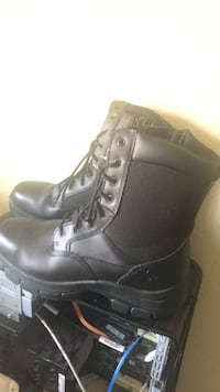 pair of black leather boots Modesto, 95354