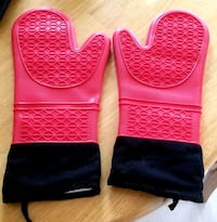 BRAND NEW! Pair of STYLISH BBQ Oven Mitts. Gants de four.
