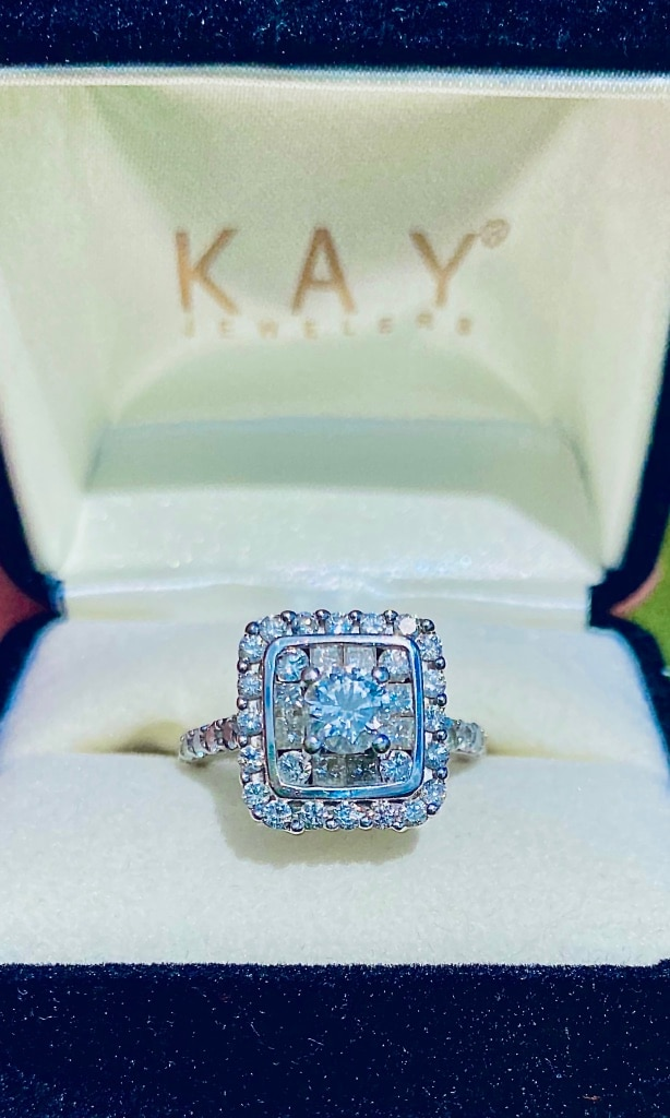 Photo Stunning Diamond Engagement Ring with 2 Diamond Wedding Bands