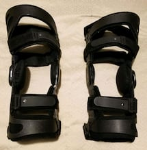UP FOR SALE IS A PAIR OF FUSION WOMEN'S OA FUNCTIONAL KNEE BRACES