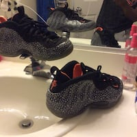 black-and-gray polka dotted nike air foamposite one 35 mi