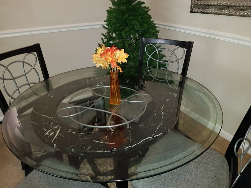 Dining table/4 chairs  a545b917-40e3-488c-bb10-304be6340e3b