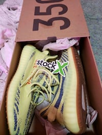 Yeezy 350 boost frozen yellow...mint condition 9.5 The Bronx, 10469