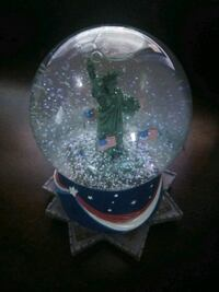 Statue of liberty snow globe plays music...