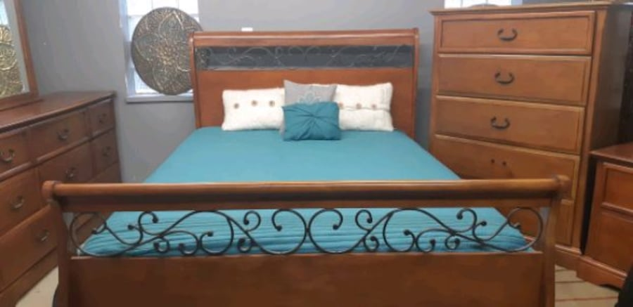 Queen bedroom set/delivery available b7f52977-f77b-4b99-8844-9815e2819342