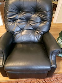 Recliner  make me an offer ????‍♀️ black leather working fine  Mobile, 36695
