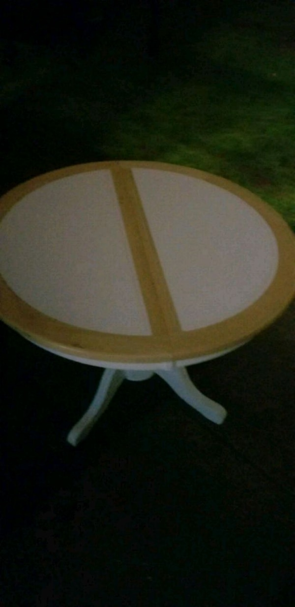 round white and brown wooden table 63ab7484-2068-458b-9335-e7eb300adb22