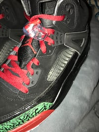 unpaired black and red Air Jordan 4 shoe Alhambra, 91803