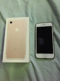 Rose gold iPhone 7 32GB. Comes with a case Victoria, V8Z 1G4