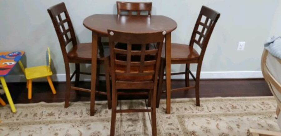 table and 4 chairs af541187-2324-42ae-bbbd-962ead0b7156