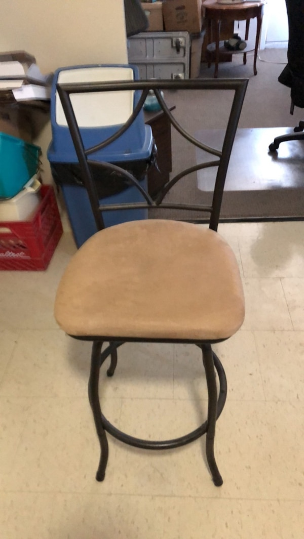 Free single bar chair 0f586ad4-54f9-4095-a535-f5eccd1d48b1