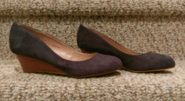 New JG  Suede Wedge Size 9