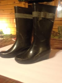Women's size 6 stylish rubber boots. Worn once. Like new! Negotiable  Weston, 26452