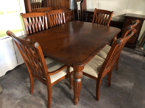 Knotty Pine Dining Room Table With Leaf And 6 Chairs