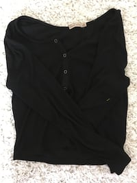 schwarzes Button-Up-Shirt