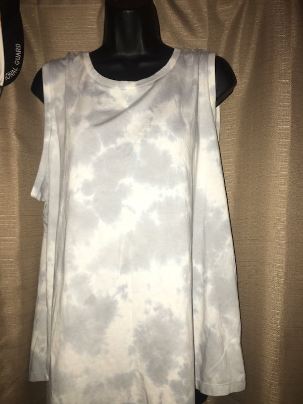 New XL 16-18 woman's tank/muscle shirt located off lake mead and jones area asking $2 f439b4a0-e275-4e68-b151-36a9d26fa986