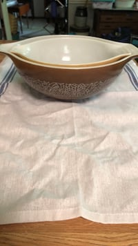 Vintage Pyrex bowls - set of two