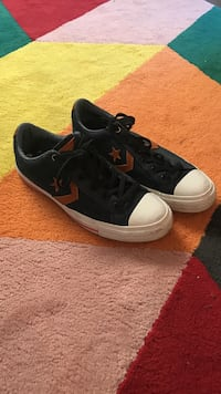 Converse, size 10,5 for woman, 8,5 for men. used twice