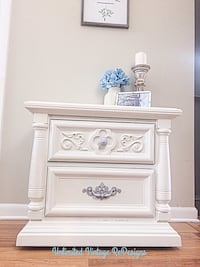 Gorgeous nightstand-pending pick up Lemont, 60439