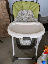 baby's white and green high chair Cambridge, N1T 1R1