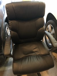 black leather padded rolling chair Bothell, 98012