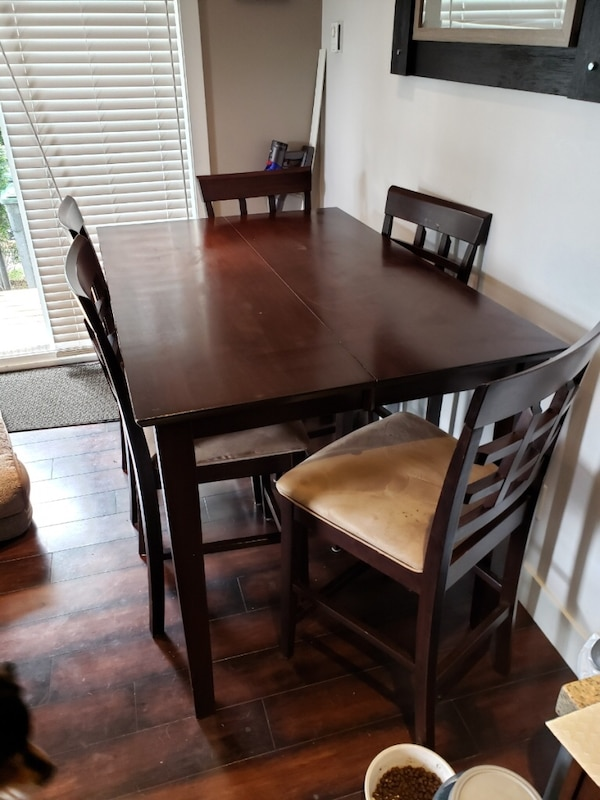 Dining table. 8b34d789-3311-4a76-97aa-9ec02e3cb464