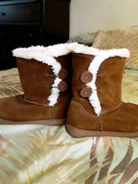 SIZE 9 TAN AND WHITE FUR BOOTS..❤