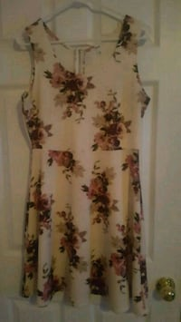 white and red floral sleeveless dress Belleville, K8P