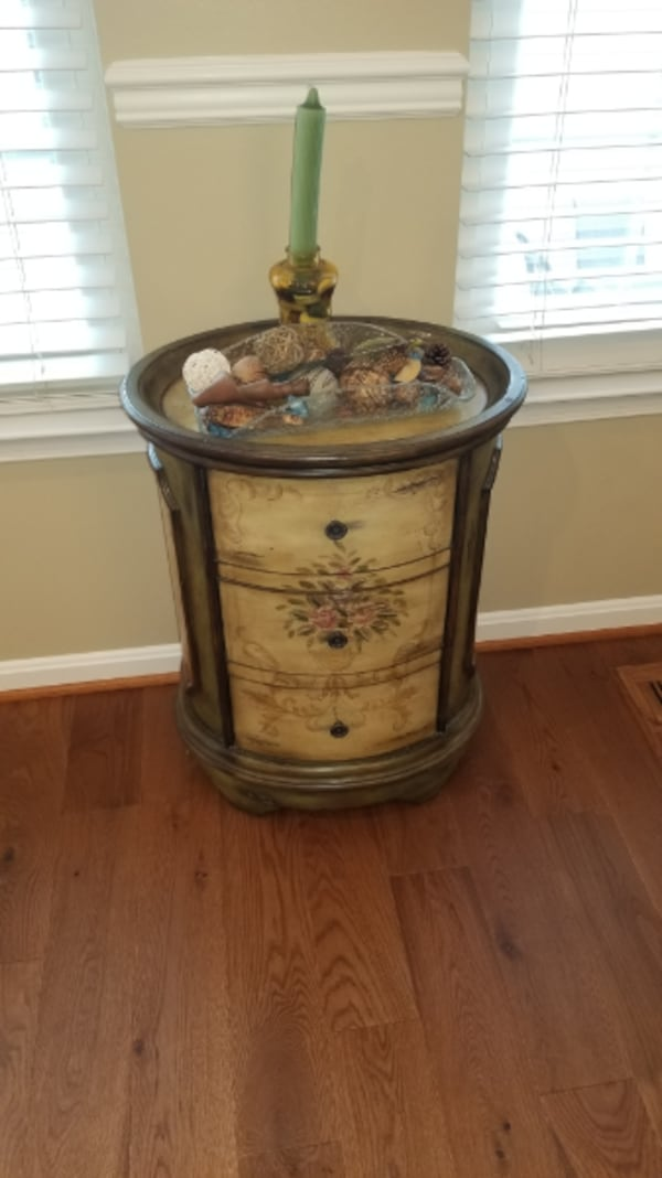 Accent Table 4e51af53-b1ee-4100-a20c-15b018baecd6