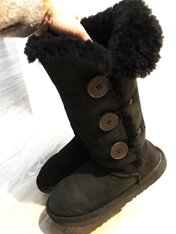 325$-tall uggs size 5.5/6 gently used come from clean smoke free home c495a512-277c-43d1-89b8-f44fc9223d07