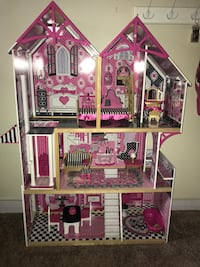 Pink and brown doll house Artesia, 90701