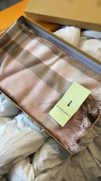 Brand new Burberry scarf New Westminster, V3L