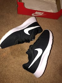 Black and white Nike shoes Martinsburg, 25405