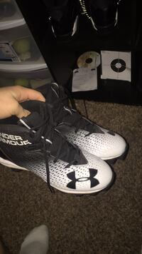 under armor football cleats  (no box) size 7y they are in good condition Kansas City, 64118