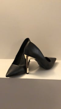 pair of black leather pointed-toe pumps Niverville, R0A 1E0