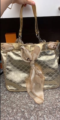 Gold tote purse Mississauga, L5B 3Y9