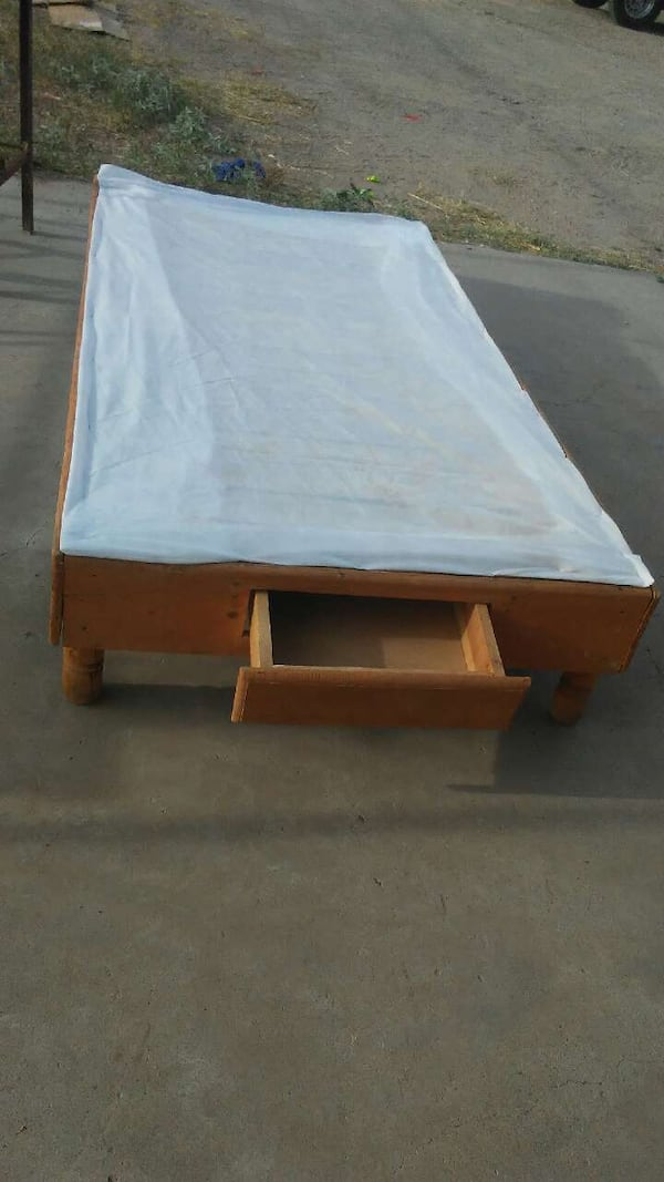 brown wooden table 3191afd0-d3a7-4503-bd30-f93dd1f99bd9