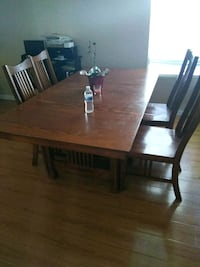 rectangular brown wooden table with four chairs di Moreno Valley, 92553