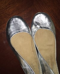 Gold girls flat shoes size 8 1/2 Columbia, 21046
