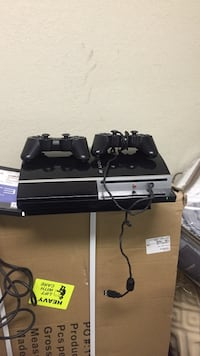 80 GB Sony PS3 with (2) Controllers and MLB 14 the Show
