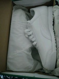 pair of white low-top sneakers Temple, 76504