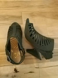 pair of black sandals size 9