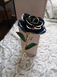 Defaith Gold Rose with Stand Toronto, M6H 3C9