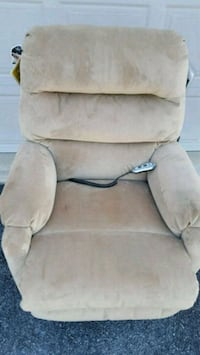 Beige lift chair, barely used. Fayetteville, 17222