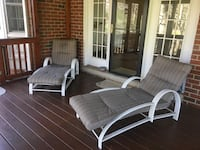 2 chaise lounge chairs with cushions