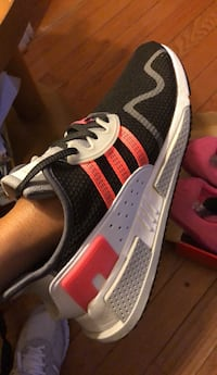 Unpaired black and white adidas low top sneaker Upper Marlboro, 20772