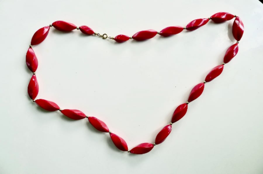 """Very Stylish Vintage  70's Red Necklace with """"Bakelite"""" Oblong Bead 5603fa13-2634-4056-9865-429c087f0c2c"""
